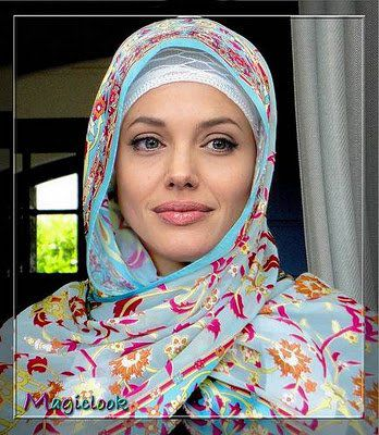 Angelina Jolie saat pake jilbab