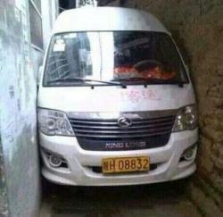 Buset ini gimana ceritanya ya bisa kejepit gini mobilnya, asli jago banget nih sopirnya... #MobilLucu