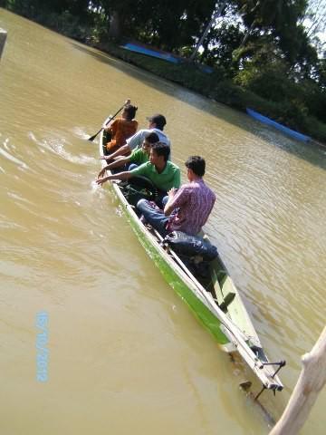 Menyeberangi sungai jorong. KALIMANTAN SELATAN