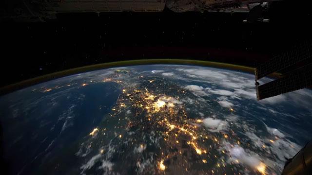 Melihat Indahnya Pemandangan Malam di Planet Kita Dari Ketinggian 350 Km #1