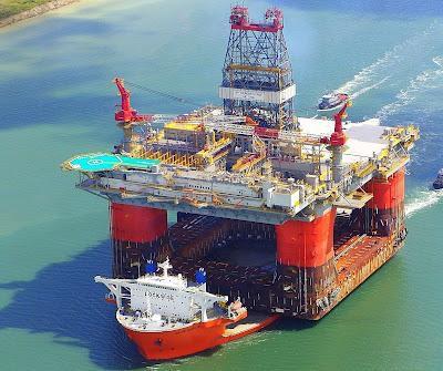 Ini dia kapal pengangkut kilang pengeboran lepas pantai. Bisa dikatakan bisnis Migas adalah bisnis mahal, jadi hanya perusahaan besar yang menjalankannya, kadang mengebor tidak keluar minyak atau pun gas, jadi bisa rugi.