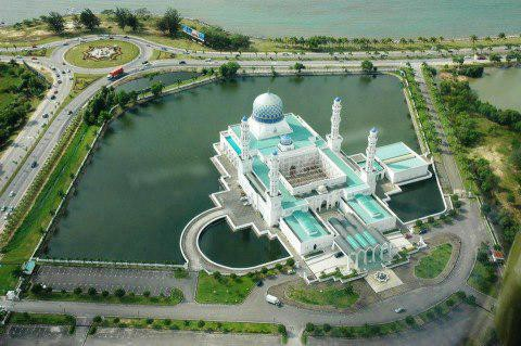 Indah bukan bangunan masjidnya, semoga tempat ibadah di Indonesia bisa sebagus ini, jadi ibadah bisa tenang berdoa lebih mantep.