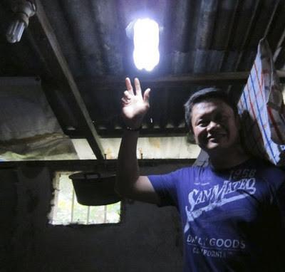 Mau buat lampu hemat energi, caranya begini. Ambil botol gelas mineral, kemudian isi dengan air, letakkan di atap rumah, maka hasilnya seperti yang anda lihat saat ini. Silahkan mencoba, mudah+hemat+bermanfaat.