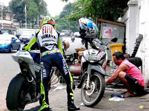 Sobat Pulsk, ini dia Valentino Rossi yang sedang tambal ban, maklum dipakainya di Indonesia. Kita tahu di jalanan banyak penebar paku !