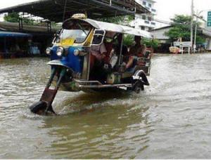 Sobat Pulsk, ini dia Bajay Davidson(Harley Davidsonnya India) keren ya, anti banjir, kalau perlu bajay di Jakart di buat seperti ini semua, jadi saat banjir masih bisa cari penumpang !