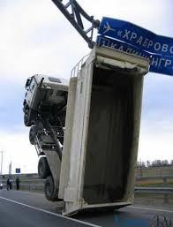 Sobat Pulsk, kasihan ya truknya nyangkut papan peringantan.