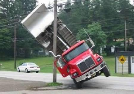 Sobat Pulsk, bagaimana ya nasib si pengemudi dan kernetnya, karena truknya kan nyangkut di tiang listrik apa tidak kesetrum truk beserta orangya ya ! Semoga tidak ada korban jiwa ya sobat Pulsk.