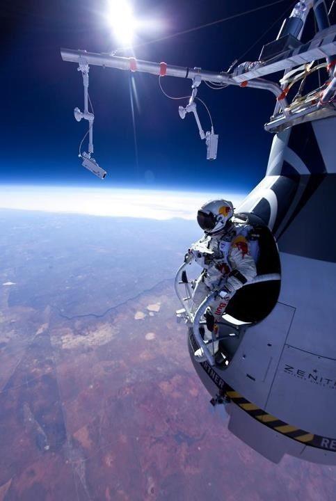 Sobat Pulsk, ini dia aksi terjun bebas dari kapsul yang dibawa balon udara di luar angkasa. Keren ya.