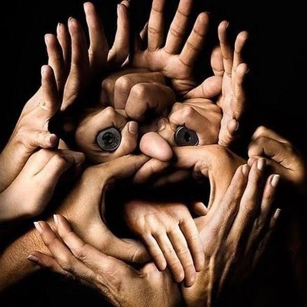 Gabungan sejumlah telapak tangan membentuk Albert Eistein.. KEREENNN.....