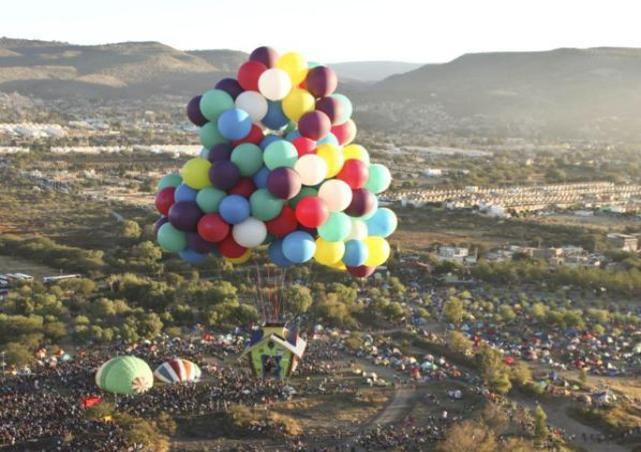 Ada rumah terbang dengan balon? Bila Anda pernah melihatnya film Up garapan Disney Pixar, kini Anda bisa melihat wujud nyatanya. Balon warna-warni membawa rumah ini melayang di angkasa bersama pemiliknya. Siapakah dia? Adalah Jonathan Trappep
