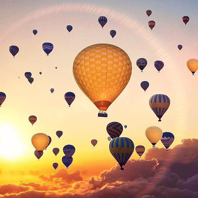 Pemandangan di awan dengan penuh balon udara