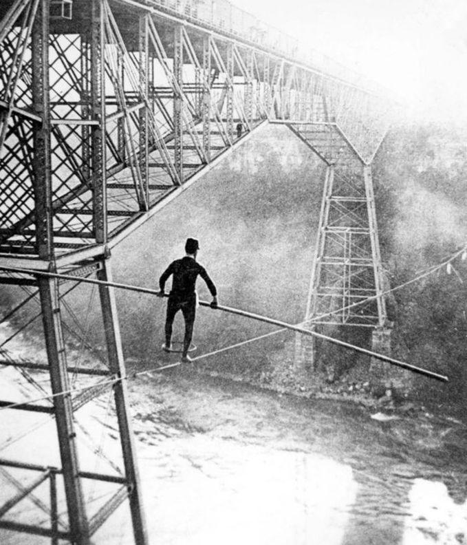Sobat Pulsk, keren ya aksi dari Samue J Dixon yang menyeberangi Sungai Niagara di Amerika ini.
