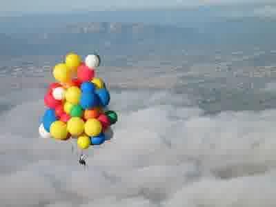 Sobat Pulsk, inilah aksi terbang dengan balon udara, keren ya.