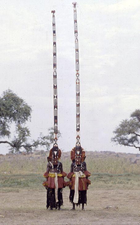 Sobat Pulsk, keren ya pakaian adat pada upacara Dama Ireli Mali pada tahun1959 ini. Kalau tidak hati-hati bisa nyangkut di pohon lo.