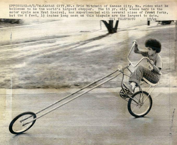 Sobat Pulsk, keren ya gaya anak negro ini memainkan sepedanya layaknya pengendara Harley Davidson.
