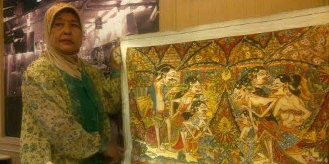 Lestarikan wayang beber, pelukis wanita ini rela hidup sederhana Nama Hermin Istiariningsih atau akrab disapa Ibu Ning mungkin tak setenar pelukis-pelukis lain di tanah air. Namun karya wanita kelahiran Jombang 55 tahun lalu ini tak kalah.