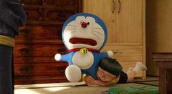 """Kisah persahabatan Doraemon dan Nobita telah menemani anak-anak dari masa ke masa sejak diciptakan di 1969 oleh Fujiko Fujio. Kini, kisah itu mungkin akan berakhir lewat film """"Stand by Me Doraemon"""". Belum lama ini trailer terbaru film animasi tersebut dirilis. Berbeda dengan film-film Doraemon sebelumnya yang bertema petualangan, """"Stand by Me Doraemon"""" menampilkan lebih banyak adegan menyentuh. Trailer itu diawali dengan pertanyaan, """"Apakah Doraemon akan berakhir musim panas ini?"""". Kemudian penonton akan disuguhi masa-masa nostalgia saat Nobita bertemu untuk pertama kalinya dengan Doraemon. Kemudian saat Doraemon banyak membantu Nobita menyelesaikan permasalahannya. Namun, trailer itu juga menyuguhkan adegan mengharukan Doraemon yang berpamitan pada Nobita. """"Aku tak bisa tinggal di sini lagi,"""" ujar Doraemon membuat Nobita menangis. Adegan itu menjadi semakin mengharukan saat diam-diam Doraemon memandangi Nobita yang sedang tertidur dan merasa bangga atas usahanya menyelamatkan Shizuka. Apalagi setelah itu keesokan harinya Doraemon telah membereskan tempat tidurnya dan pergi. Film ini memang akan memfokuskan pada kisah Nobita yang mulai beranjak dewasa dan Doraemon berniat meninggalkannya. """"Stand by Me Doraemon"""" dibuat berdasarkan tiga manga populernya yang berjudul """"Mirai no Kuni kara Harubaruto"""" (""""Perjalanan dari Masa Depan""""), """"Sayonara, Doraemon"""" (""""Selamat Tinggal, Doraemon"""") dan """"Nobita no Kekkon Zenya"""" (""""Malam Sebelum Pernikahan Nobita""""). Apakah Doraemon akan benar-benar meninggalkan Nobita? Pertanyaan tersebut hanya bisa dijawab saat """"Stand by Me Doraemon"""" dirilis pada Agustus 2014. Film animasi tersebut akan dirilis dalam format 3D untuk pertama kalinya."""