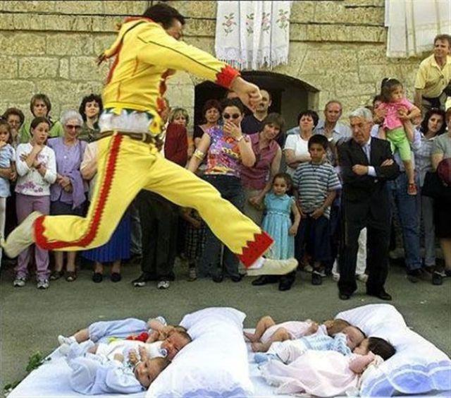 Sobat Pulsk, di Spayol agar bayi dapat terhindar dari gangguan setan, maka mereka harus diloncati oleh seorang matador seperti pada gambar di atas.