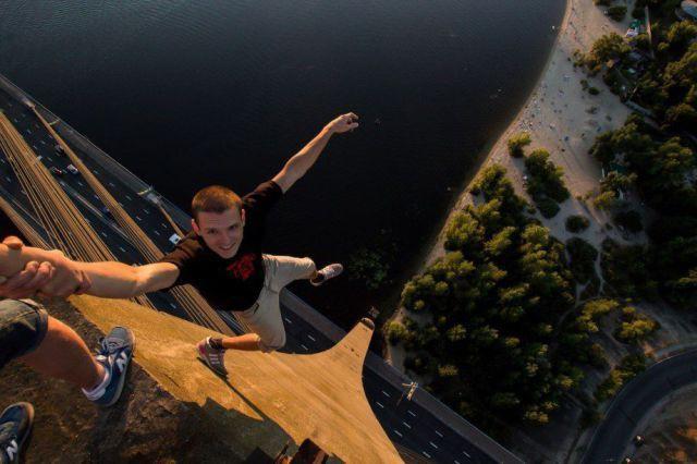 Sobat Pulsk, nekat benar ya pemuda ini foto di atas tiang jembatan.