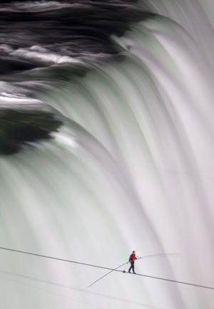 Sobat Pulsk, nekat sekali ya aksi orang ini menyeberangi air terjun Niagara di Amerika Serikat dengan berjalan di atas seutas kawat baja.