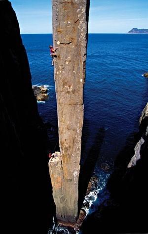 Sobat Pulsk, keren ya aksi panjat tebing di Totem Pole Tasmania ini, sungguh menantang tebingnya.