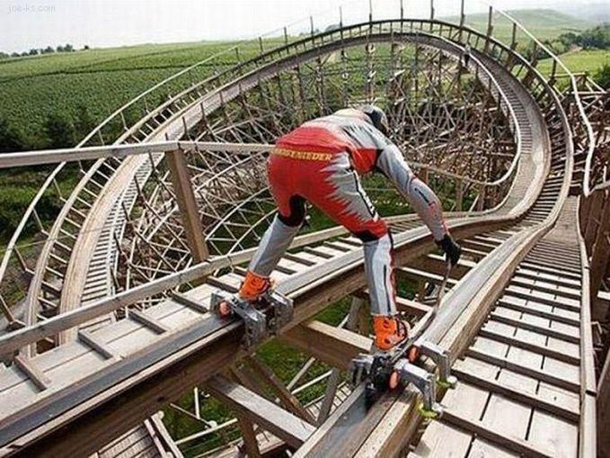 Sobat Pulsk, nekat ya aksi orang ini bersepatu roda di lintasan roller coaster.