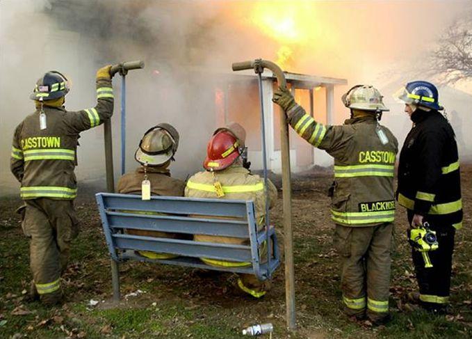 Sobat Pulsk, ada kebakaran kok malah enak-enakan ngobrol sepak bola dan gosip artis terkini.