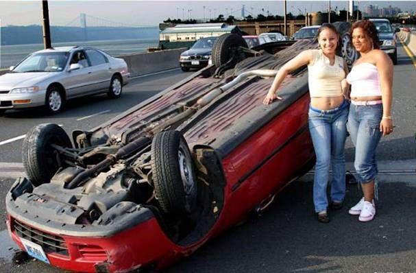 Sobat Pulsk, mobilnya terguling malah asyik foto-foto.