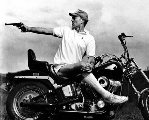 Sobat Pulsk, keren ya gaya menembak dengan duduk di harley davidson, pasti ini orang sudah profesional.