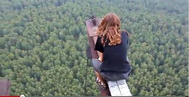 Sobat Pulsk, wanita ini kok berani sekali ya berdiri di ujung besi, apa tidak takut jatuh ya.