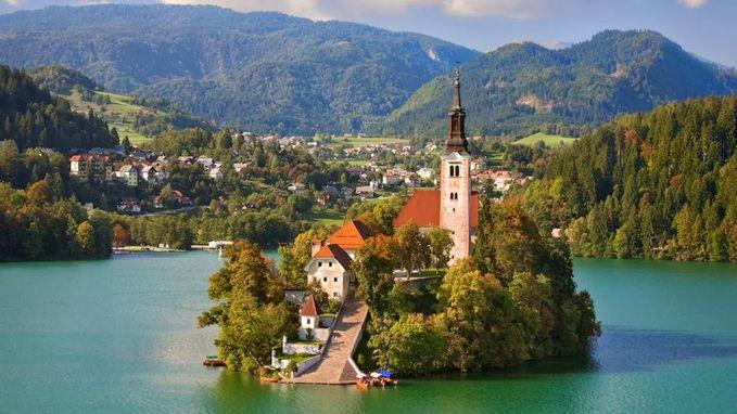 Sobat Pulsk, keren ya desain bangunan di sebuah pulau di Bled slovenia ini.