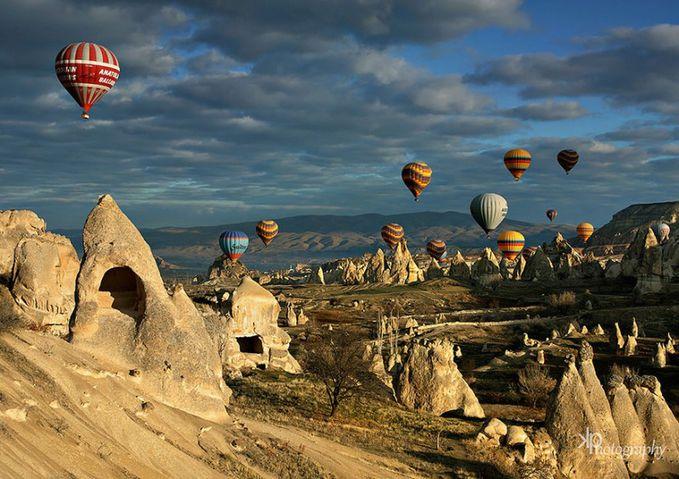 Sobat Pulsk, keren ya pemandangan alamnya, pantas banyak yang suka terbang dengan balon udara untuk menikmati pemandangan alam dari angkasa.