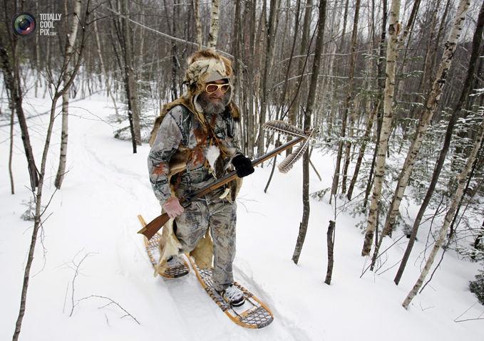 Sobat Pulsk, keren ya model sepatu di salju ini, pasti anti slip.