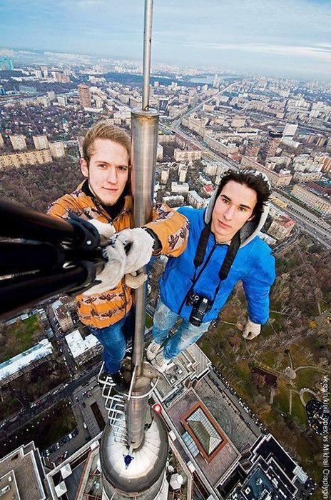 Sobat Pulsk, keren ya gaya foto di ujung menara tower ini.