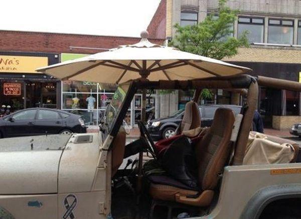 Sobat Pulsk, keren ya mobil jeep dengan atap tenda ini.