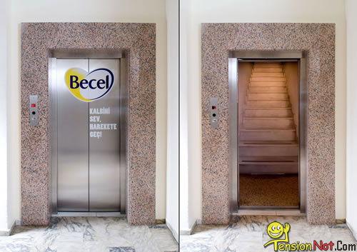 Sobat Pulsk, dikira lift ternyata hanya pintunya saja yang lift tapi dalamnya tangga biasa, ketipu nih.