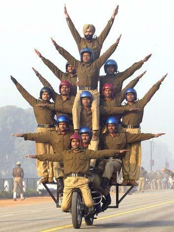 Sobat Pulsk, keren ya atraksi polisi India ini.
