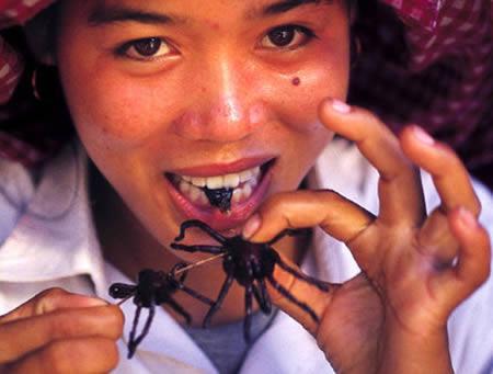 Wanita pemakan Tarantula,..wow sereeem...