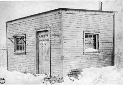 Pabrik pertama Harley Davidson tahun 1903.. WOW.. awalnya kayak gubuk begini, sekarang udah menjadi salah satu raksasa pabrik motor.