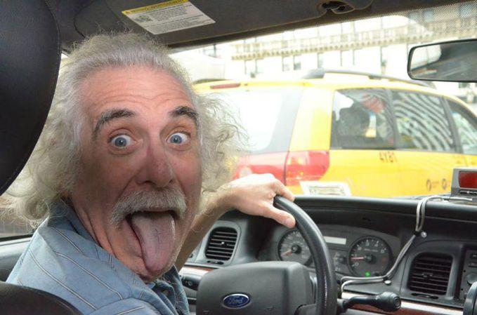 Sobat Pulsk, sopir taksi ini mirip Albert Eintein ya.