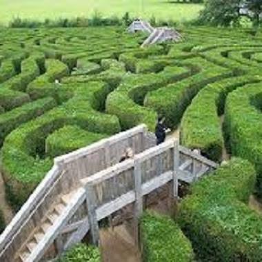 Taman Labirin Terpanjang di Dunia - Saat traveling ke Inggris, cobalah datang ke taman labirin yang bernama Longleat Hedge Maze yang berada di Wiltshire, Inggris. Kalau tidak jeli, bisa-bisa Anda ters...