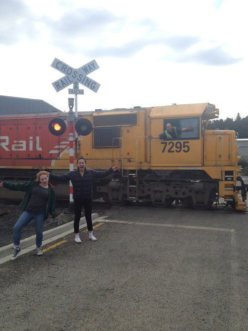 Sobat Pulsk, dua wanita ini dan juga masinis kereta api sama-sama gak beres ya.
