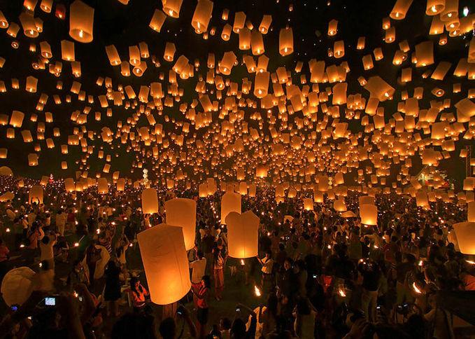 Sobat Pulsk, keren ya festival Yee Peng di Chiang Mai Thailand ini. Sobat tahu tidak mengapa lentera kertas ini bisa terbang, karena gas sisa pembakaran dari api lilin lebih ringan daripada gas(udara) yang ada di luar lentera jadi bisa terbang.