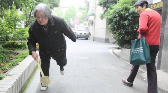 Nenek 80 tahun Membunuh 1000 Lalat perhari