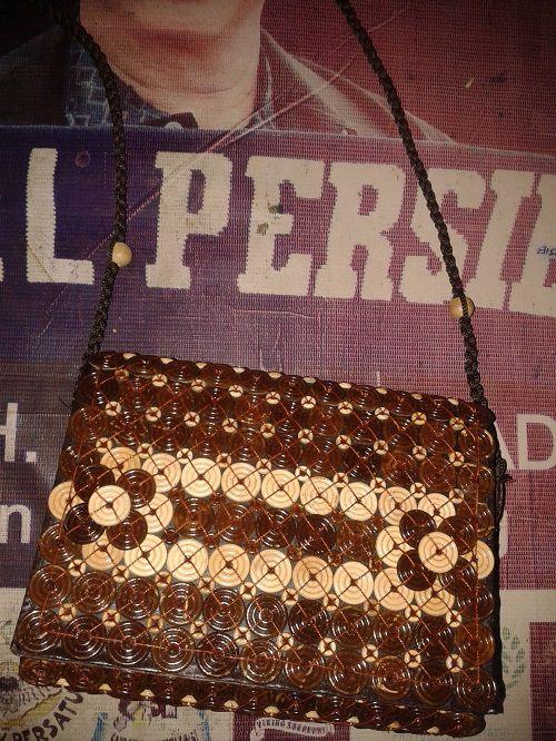 TAs pin batok kerajinan tangan rajapolah terbuat dari bahan baku batok kelapa hasil kreasi pengrajin rajapolah tasikmalaya Info lebih lanjut Anda bisa hubungi ke : No hp : 085222308405 PIN BB : 76AA8749
