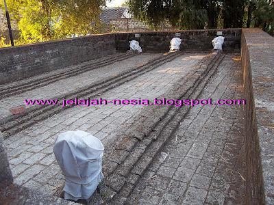 Misteri Makam Kuno Panjang 9 Meter di Gresik Simak kisah lengkapnya di Link ini, ya : http://jelajah-nesia2.blogspot.com/2013/11/misteri-makam-panjang-9-meter-di-gresik.html