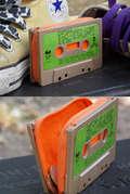 Sobat Pulsk, keren ya desain dompet dari kaset tape ini.