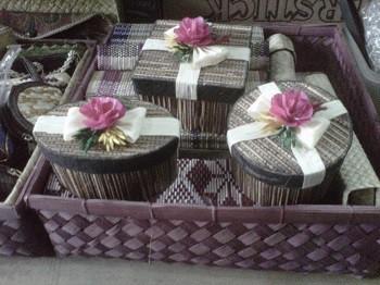 Souvenir Pernikahan Lidi dengan variasi kembang jagung Asli produksi Kerajinan Tangan Rajapolah nfo lebih lanjut Anda bisa hubungi ke : No hp : 085222308405 PIN BB : 76AA8749