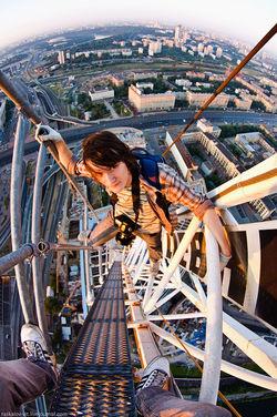 Soba Pulsk, di ketinggian seperti ini masih sempat foto-foto ya.