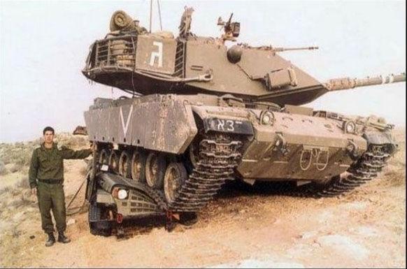 Sobat Pulsk, saking beratnhya tank ini, mobil jeep yang dilindasnya jadi rata ya.